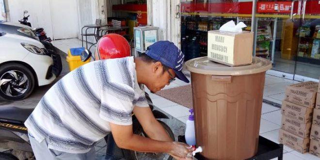 Cegah Corona, Alfamart Pasang Bak Pencuci Tangan dan Garis Pembatas Jarak Antrian