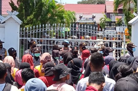 Demo Tolak Omnibus Law Cipta Kerja di Bima Ricuh, 2 Polwan Terluka