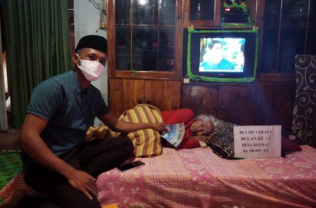 Kades Riamau Antar Langsung BLT DD ke Rumah-rumah Warga