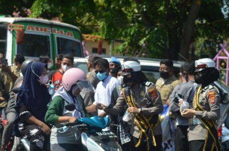 Sambut Kongres IJTI, Wartawan dan Polisi Bagi Masker dan Makanan Gratis